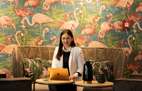 Am Laptop im Cafe vor Flaingowand
