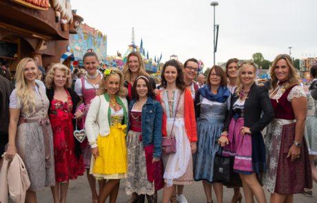 Fashiondeluxxe Wiesn Selbstständige und Geschäftsfrauen im Dirndl auf dem Oktoberfest