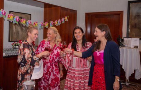 Fashiondeluxxe Style Party mit Sekt lachend anstoßen