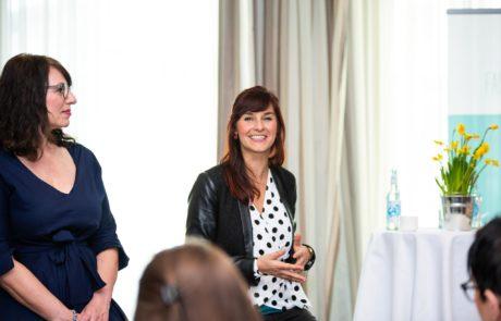 Fashiondeluxxe Style Party Geschäftsfrauen auf der Bühne bei einer Podiumsdiskussion