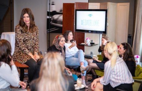 Fashiondeluxxe Style Party Geschäftsfrauen im Gespräch beim Networking