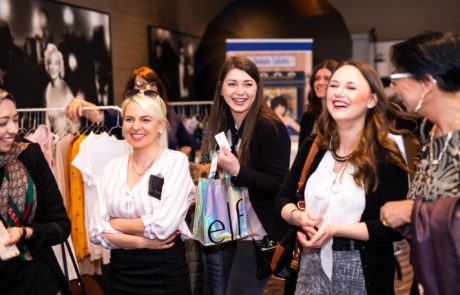 Fashiondeluxxe Style Party Geschäftsfrauen lachend zusammen